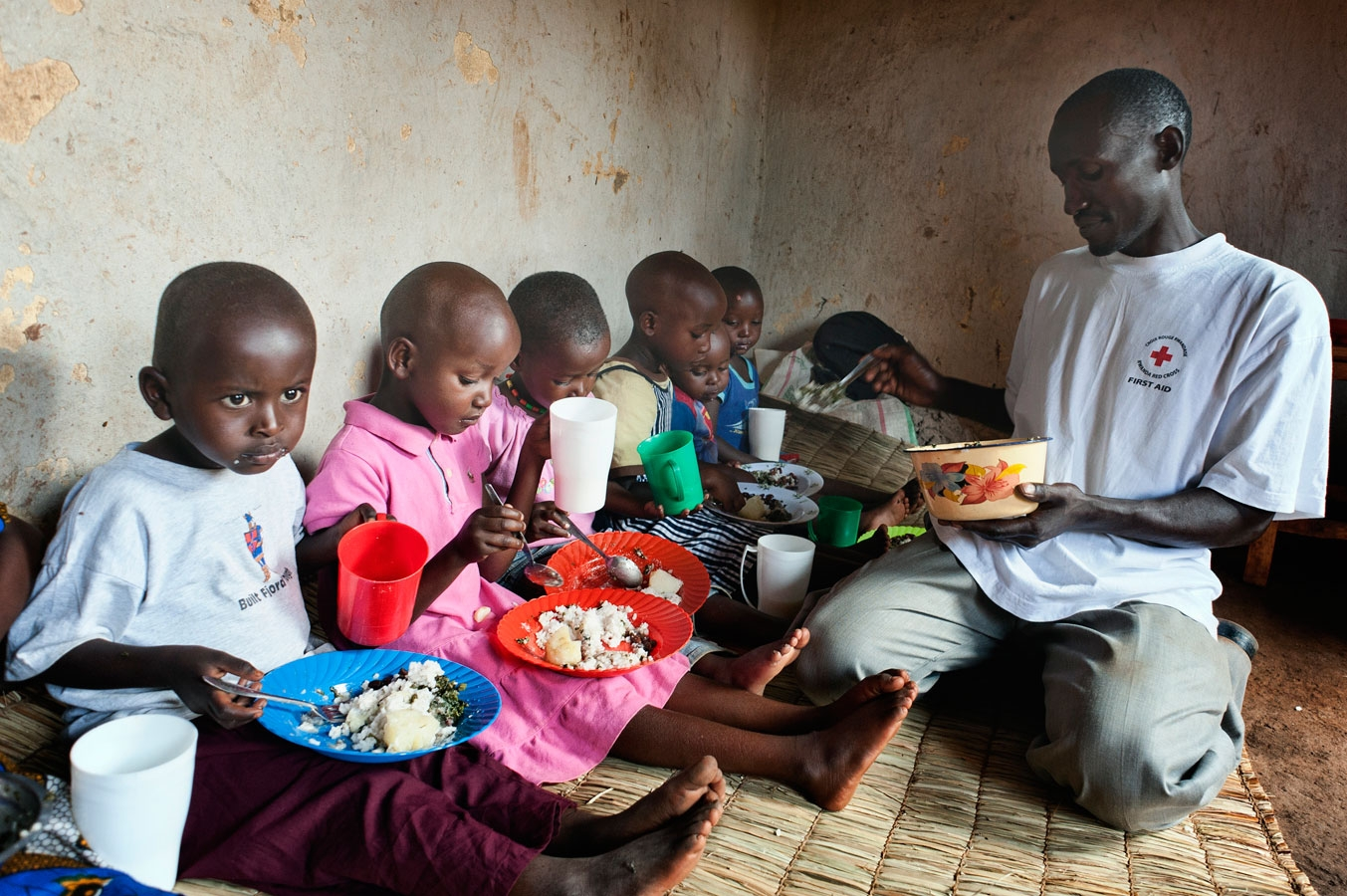 <p>A Rwanda Red Cross volunteer demonstrates healthy nutrition practices at a workshop for mothers</p>